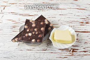 Для глазури нам понадобится чёрный шоколад с лесным орехом, сливочное масло.