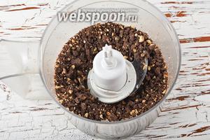 Шоколад (200 г) поломать и выложить в чашу кухонного комбайна (насадка металлический нож). Измельчить до образования мелкой крошки.