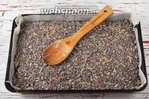 Форму (размером 20х30 сантиметров) выложить пергаментом. Выложить тесто в форму. Разровнять.