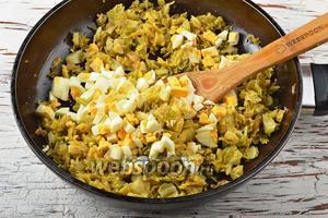 Соединить яйца и овощную смесь. Аккуратно перемешать.