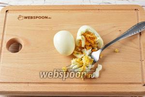 2 яйца отварить вкрутую, охладить, очистить. Измельчить яйца с помощью вилки.