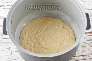 Чашу мультиварки (у меня мультиварка Polaris) смазать сливочным маслом (5 г) и присыпать тонким слоем муки. Выложить тесто в мультиварку.