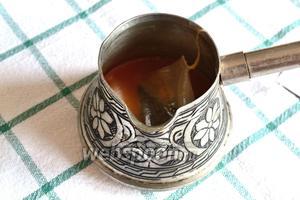 Наливаем сок в сотейник, в моём случае это турка (в ней удобнее). Доводим сок до кипения, снимаем с огня и завариваем в ней 1 пакетик чая Эрл Грей. Даём немного завариться. Пакетик убираем и смотрим, сколько сока получилось, должно быть 60 мл. Если меньше, то нужно добавить ещё лимонного сока или воды, чтобы довести до указанного объёма.