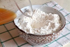Сахарную пудру (300 г) высыпать в миску и добавить приготовленный лимонный сок. Размешать.
