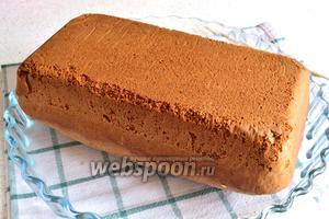 Когда кекс испёкся, вынимаем его из формы и выкладываем на противень. У меня это плоская стеклянная форма для выпечки. Можно дать остыть кексу минут 5.