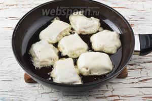 В сковороде разогреть подсолнечное масло (5 ст. л.). Выкладывать кусочки рыбы в кляре в сковороду с горячим маслом. Жарить на среднем огне до образования золотистой корочки.