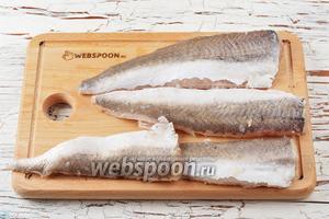 Рыбу (500 г) очистить и разделать на филе. Промыть и промокнуть лишнюю влагу.