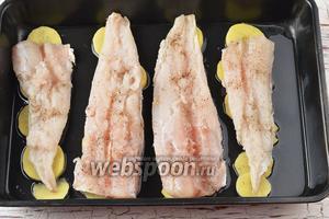 Сверху на картофель выложить филе рыбы.
