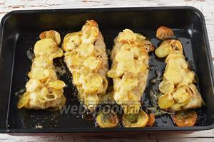 Готовое горячее блюдо посыпать натёртым сыром (100 г) и отправить в духовку на 2 минуты. Хек с картошкой в духовке готов.