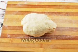 Готовое тесто завернуть в пищевую плёнку и оставить на столе пока будет готовиться начинка.