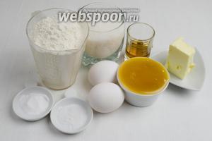 Для приготовления теста для медовика нужно взять мёд, коньяк, масло сливочное, сахар, соль, соду, яйца, муку.