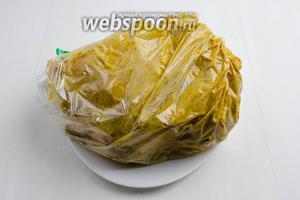 Смазать тушку курицы внутри и снаружи горчичным соусом. Поместить подготовленную курицу в пакет для запекания. Поставить курицу на ночь в холодильник.