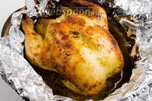 Готовую курицу вынуть из духовки. Обильно полить соусом, образовавшимся при запекании. Когда курица немного остынет, нарезать мясо порционными кусками и подать к столу с овощами.