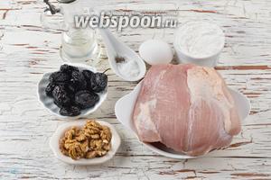 Для работы нам понадобится свинина, вяленый чернослив, грецкие орехи, яйцо, пшеничная мука, подсолнечное масло, соль, чёрный молотый перец.