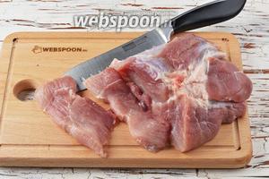 Свинину (500 г) нарезать поперёк волокон, пластами толщиной 7-8 миллиметров.