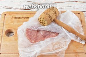 Поместить каждый кусок между 2 листами пищевой плёнки и слегка отбить кухонным молотком, чтобы образованный пласт получился толщиной 2-3 миллиметра. Отбивание не только размягчит мясо, но и поможет сделать кусок более равномерной толщины.
