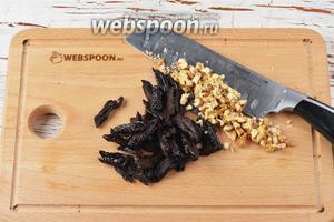 Тем временем чернослив (100 г) нарезать полосками, а грецкие орехи (45 г) крупно порубить.