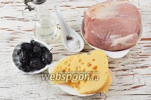 Для приготовления рулетиков нам понадобится свинина, вяленый чернослив, твёрдый сыр, подсолнечное масло, соль, чёрный молотый перец.