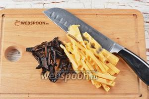 Тем временем 120 г чернослива и твёрдый сыр (50 г) нарезать тонкими полосками.