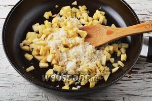 Для начинки 2 яблока очистить, нарезать маленькими кубиками, добавить сахар (20 г) и готовить в сковороде, помешивая, 4-5 минут. Охладить.