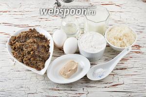 Для работы нам понадобятся яйца, мука, соль, сахар, свежие дрожжи, молоко, подсолнечное масло, грибная начинка для пирожков.