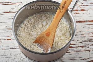 Молоко (250 мл) нагреть до температуры 37°С. Добавить раскрошенные дрожжи (20 г), сахар (1 ч. л.), 1 столовую ложку муки. Перемешать. Оставить на 15 минут для брожения.
