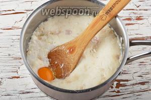 Дальше добавить 1 яйцо, соль (1 щепоть), подсолнечное масло (3 ст. л.).