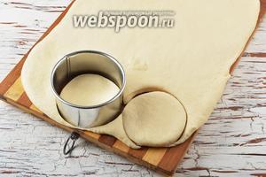 Раскатать тесто толщиной 1-1,5 сантиметра. Вырезать кружки диаметром 9-10 сантиметров.