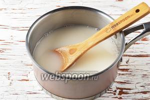 Переложить рисовую массу в кастрюлю, долив остальную воду (700 мл).