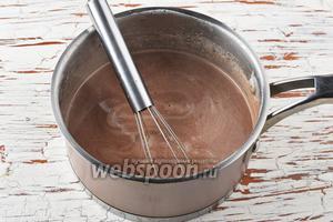 Молоко (450 мл) нагреть до кипения. Снять с огня. Добавить шоколад, ванильный сахар (10 г), набухший желатин. Перемешать до полного растворения всех компонентов. Охладить до комнатной температуры.