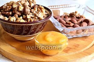 Нам понадобятся мёд и орехи. В моём случае орехи — это грецкие орехи и миндаль. Ещё нам понадобится лист пекарской бумаги.