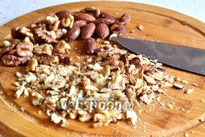 Орехи (150 г грецких и 50 г миндаля) предварительно лучше немного подсушить в духовке. Нарезать все орехи лепестками, то есть плоскими ломтиками.