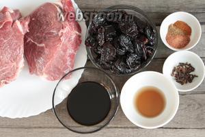 Основные ингредиенты, которые потребуются для приготовления говядины в духовке в фольге: говяжья мякоть, чернослив без косточки, соевый соус, кленовый сироп, гвоздика в бутонах, молотые смесь перцев, кориандр и мускатный орех.