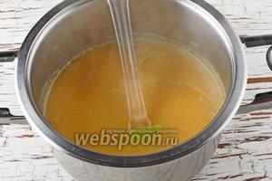 Разбавить пюре бульоном до желаемой густоты. Проверить на соль, приправить чёрным молотым перцем (0,3 ч. л.).