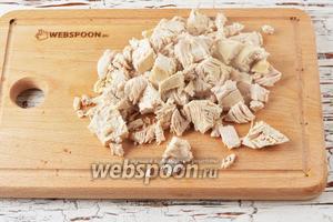 Готовое куриное филе нарезать небольшими кусочками.