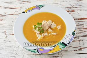 При подаче в каждую тарелку налить суп-пюре и выложить необходимое количество филе. Тыквенный суп с курицей готов.