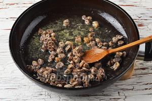 В сковороде с разогретым сливочным (15 г) и подсолнечным маслом (2 ст. л.) обжарить сердечки, помешивая, на протяжении 7-8 минут.