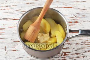 С готового картофеля слить воду. Удалить лук, лавровый лист, перцы горошком. Потолочь. В тёплый картофель (45-50°С) добавить сливочное масло (2 ст. л.) и ещё раз всё хорошо потолочь.