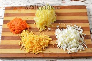 2 яйца отварить вкрутую, очистить и натереть по отдельности белки и желтки. 1 морковь и картофель (2 штуки) отварить в кожуре. Охладить, очистить и натереть на тёрке с большими отверстиями.