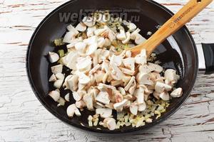 Добавить к луку очищенные и нарезанные пластинками шампиньоны (150 г). Жарить, помешивая, 10-12 минут. Охладить. Приправить солью (2 щепотки) и чёрным молотым перцем (1 щепотка).