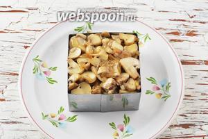 Дальше располагать продукты слоями, немного прижимая каждый раз столовой ложкой новый слой: картофель-майонез-морковь-белки-майонез-шампиньоны с луком-желтки. Отправить блюдо в холодильник на 30 минут.