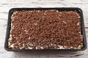На заливку равномерно натереть на тёрке с крупными отверстиями шоколадное тесто.