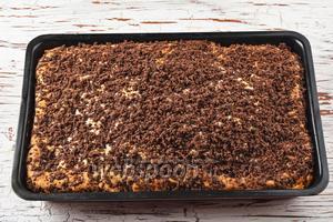 Выпекать в предварительно разогретой до 170°С духовке до готовности (приблизительно 35-40 минут). Пирог с яблоками и клюквой готов. Не забудьте дать пирогу полностью остыть, а затем нарезайте на небольшие кусочки и подавайте.
