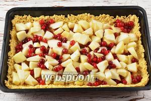 2 яблока очистить и нарезать небольшими кусочками. Клюкву (0,3 стакана) промыть и просушить. Вынуть подпёкшуюся основу из духовки и разложить на ней равномерно начинку из яблок и клюквы.