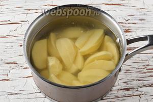 Картофель (500 г) почистить, промыть, разрезать на кусочки и отварить до готовности.