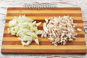 Пока варится картофель, шампиньоны (200 г) и лук (1 штуку) почистить. Лук нарезать небольшими кубиками, а шампиньоны — кусочками.