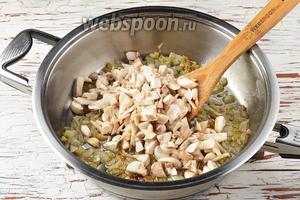 Разогреть сковороду с подсолнечным маслом (2 ст. л.). Обжарить лук до полуготовности, а затем добавить шампиньоны и жарить, помешивая, 7-8 минут.