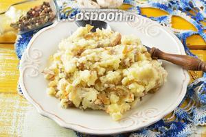 Начинка для пирожков с картошкой и грибами готова к работе.