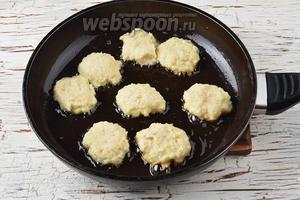 В сковороде разогреть подсолнечное масло (5 ст. л.). Ложкой набирать фарш и выкладывать в сковороду, стараясь придать котлетам круглую форму. Обжарить котлеты с двух сторон до золотистого цвета.