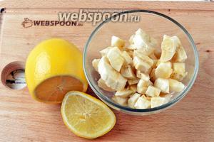 Выложить кусочки бананов в миску и полить лимонным соком (1 ч. л.).